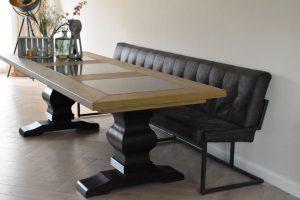 Eikenhouten tafel met kasteelpoot en natuurstenen tegels