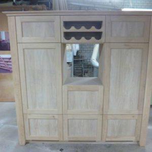 Onbehandelde eikenhouten keukenkast met wijnrek voor koelkast, vriezer en oven.