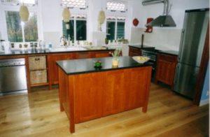 Kersenhouten keuken met kookeiland